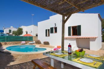 Strandnahes Ferienhaus mit Pool und Internet