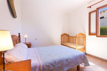 Schlafzimmer mit Doppelbett (Babybett möglich)