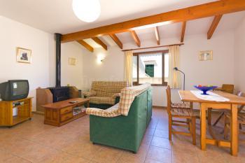 Wohnzimmer mit Essplatz und Kaminofen