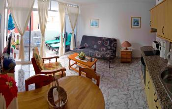 Wohnbereich mit Essplatz und Schlafcouch