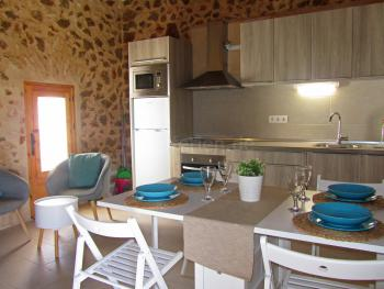 Wohnbereich mit Essplatz und Küche