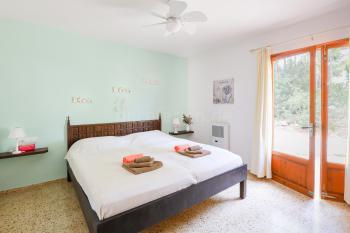 Schlafzimmer mit Doppelbett, Gasheizung