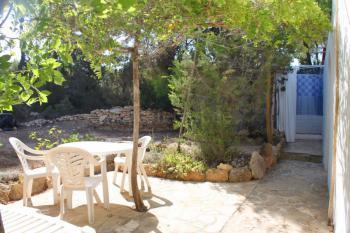 Terrasse mit Außendusche im Garten