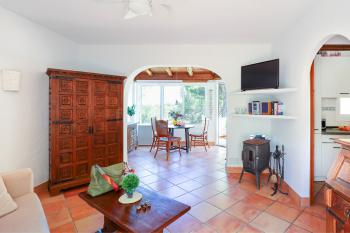 Wohnzimmer mit Schlafcouch und Holzofen