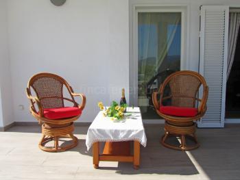 Überdachte Terrasse mit Sitzgruppe