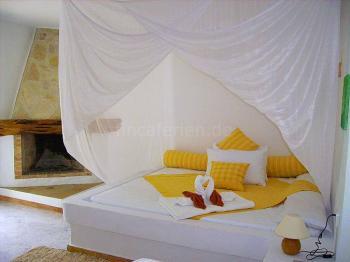 Studio gelb - gemauertes Bett