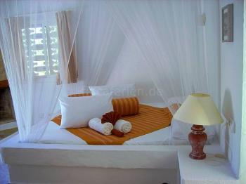 Studio rot - gemauertes Bett