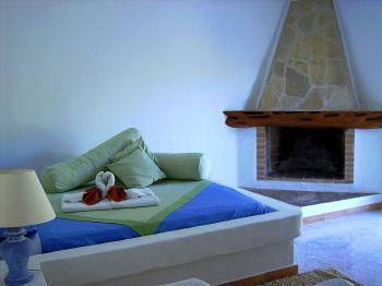 Studio grün - gemauertes Bett und Kamin