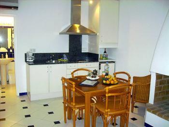 Küchenzeile und Essplatz