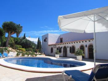 Gemeinschaftlich: Pool und Sonnenterrasse