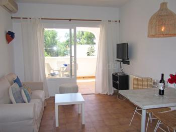 Wohnzimmer mit Klimaanlage und Essplatz