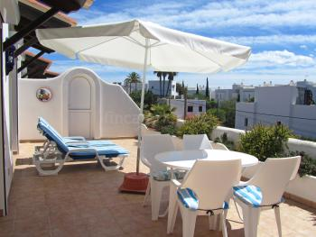 Terrasse mit Essplatz und Sonnenliegen