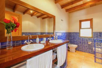 Badezimmer mit Dusche und 2 Waschbecken
