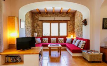 Wohnzimmer mit Sitzecke und Sat-TV