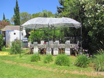 Mediterraner Garten mit Essplatz und Grill