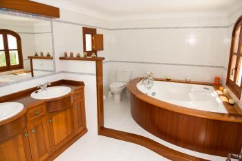 Badezimmer mit Wanne (Whirlpool)