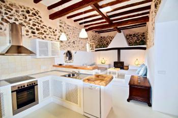 Moderne Küche und angrenzendes Kaminzimmer