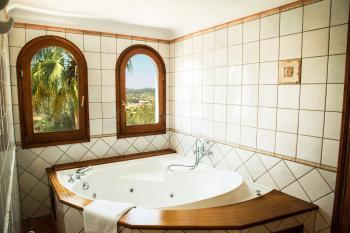Bad en Suite mit Wanne (Whirlpool)