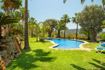 Gartenanlage mit Pool, Rasenflächen